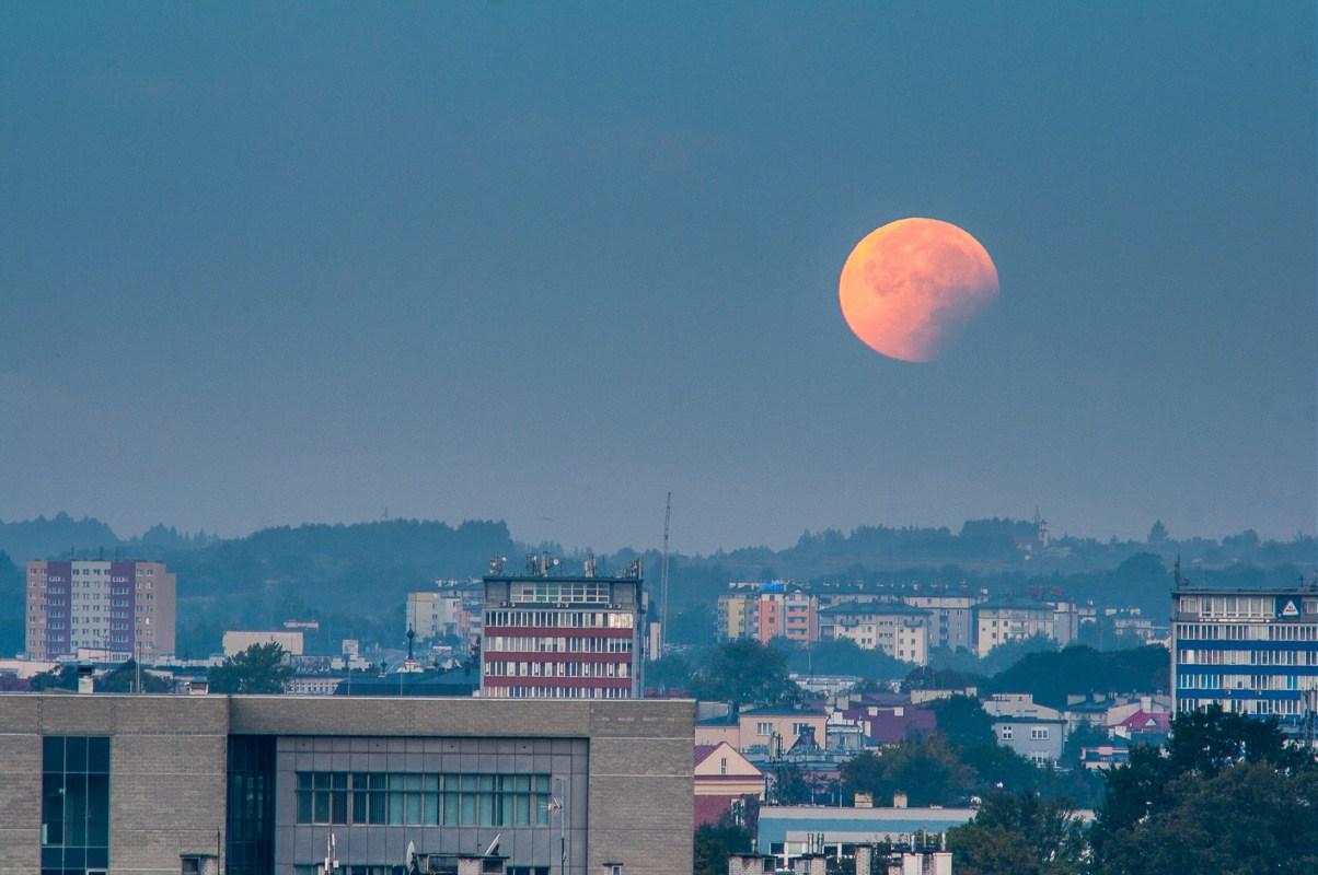 Krwawy super-księżyc, wrzesień 2015, Rzeszów, fotograf Paweł Litwin